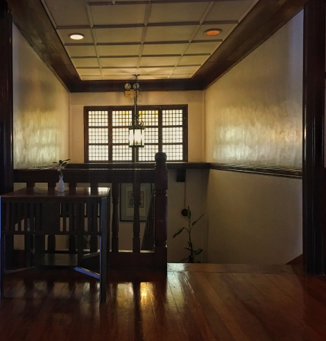 The dark wood, the capiz windows, the warm lighting... I like!